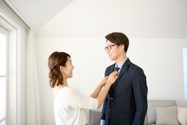 妻にスーツのネクタイを直してもらう夫