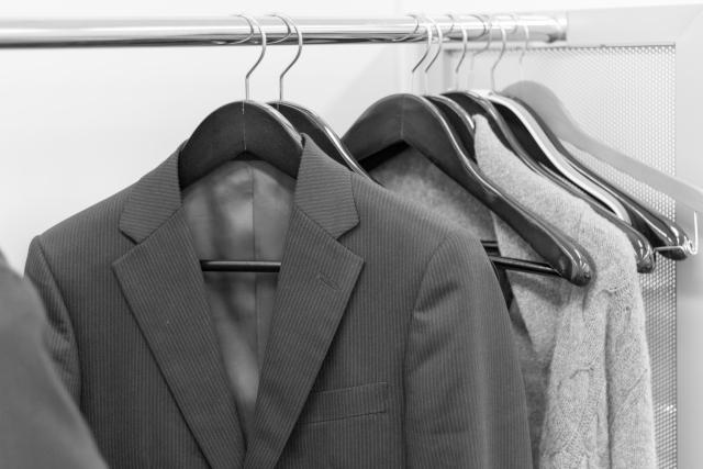 ハンガーにかけられたグレーのスーツ